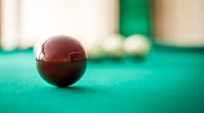 Spielball für russische Nahaufnahme selektiver Fokus des Billard auf dem Tisch lizenzfreie stockfotos