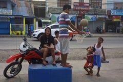 Spielbasketball mit 2 Jungen lizenzfreies stockfoto