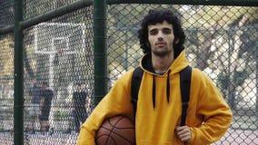 Spielbasketball streetball Sport-Spielaktion 1 des jungen Mannes stock video
