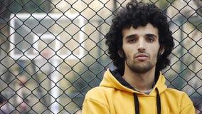 Spielbasketball streetball Sport-Spielaktion 3 des jungen Mannes stock video footage