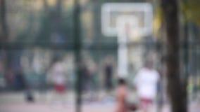 Spielbasketball streetball Sport-Spielweg des jungen Mannes in Richtung zur Kamera stock video footage