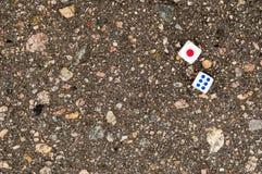 Spielblöcke für Kasinos auf Asphalt stockfotos