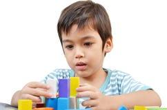 Spielblock des kleinen Jungen lizenzfreie stockfotos