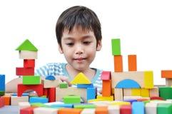Spielblock des kleinen Jungen stockfotos
