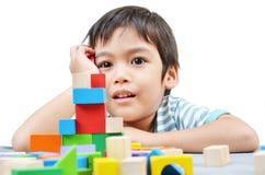 Spielblock des kleinen Jungen lizenzfreies stockfoto