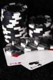 Spielchips und falschste mögliche Schürhakenhand Stockfotografie