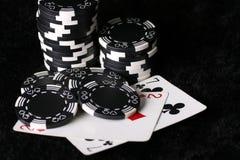 Spielchips und falschste mögliche Schürhakenhand Stockfoto