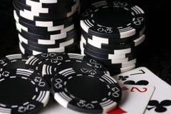 Spielchips und falschste mögliche Schürhakenhand Stockbilder