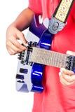 Spiele auf der E-Gitarre lizenzfreie stockfotos