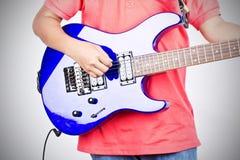 Spiele auf der E-Gitarre stockfoto