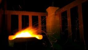 Spiele des jungen Mannes mit Feuer Stockbild