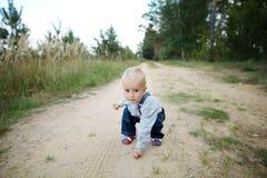 Spiele des kleinen Jungen auf der Straße Stockbilder