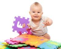 Spiele des kleinen Jungen mit Alphabet Lizenzfreies Stockfoto