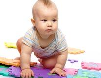 Spiele des kleinen Jungen mit Alphabet Lizenzfreie Stockbilder