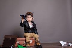 Spiele des kleinen Jungen Pilotim Papier planieren Lizenzfreies Stockbild