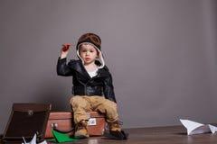 Spiele des kleinen Jungen Pilotim Papier planieren Lizenzfreie Stockfotografie