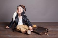 Spiele des kleinen Jungen Pilotin den Flugzeugen lizenzfreie stockfotografie