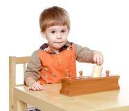 Spiele des kleinen Jungen zum sich zu entwickeln Stockbild
