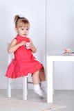 Spiele des kleinen Mädchens Stockfotos