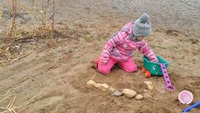 Spiele des kleinen Mädchens auf Küstensteinen stock video