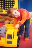 Spiele des kleinen Mädchens mit Auto im Kindergarten lizenzfreies stockfoto