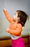 Spiele des kleinen Mädchens mit Luftblase Stockfoto