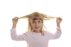 Spiele des kleinen Mädchens mit seinem Haar Stockfoto