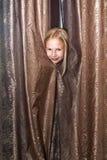 Spiele des kleinen Mädchens am Verstecken Lizenzfreie Stockfotos