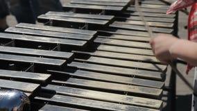 Spiele eines Straßenmusikers auf einem metallophone stock video footage