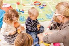 Spiele im Kindergarten stockfoto