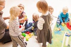 Spiele im Kindergarten lizenzfreie stockbilder