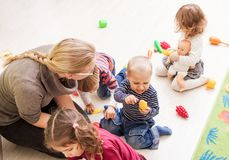 Spiele im Kindergarten stockfotografie