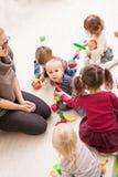 Spiele im Kindergarten lizenzfreie stockfotografie