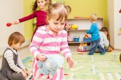 Spiele am Kindergarten lizenzfreie stockbilder