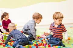 Spiele am Kindergarten stockbilder