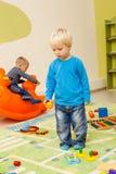 Spiele am Kindergarten stockbild