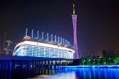 Spiele-Stadion und Guangzhou-Kontrollturm stockfotografie