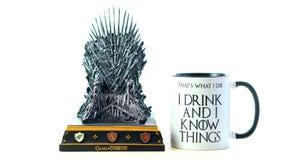Spiele von Thronen, die HBO Replik des Eisen-Thrones mit mir autorisierte, trinken Becher stockbilder