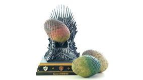 Spiele von Thronen HBO autorisierten Replik des Eisen-Thrones mit Dracheeiern lizenzfreies stockfoto