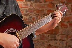 Spielen auf Akustikgitarre Stockbild