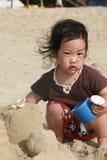 Spielen auf dem Strand Lizenzfreie Stockfotos