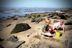 Spielen auf dem Strand lizenzfreies stockfoto