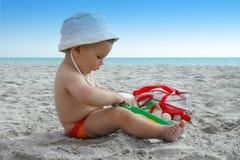 Spielen auf dem Strand Stockbilder