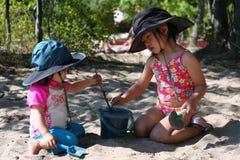 Spielen auf dem Strand Stockfoto
