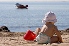 Spielen auf dem Strand Stockbild