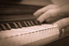 Spielen auf einem Klavier Stockfotografie