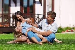 Spielen auf einem Rasen Stockbilder