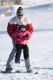 Spielen auf Ski Stockfotografie