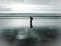 Spielen in dem Ozean lizenzfreie stockfotografie