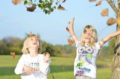 Spielen in den Blättern Lizenzfreies Stockfoto